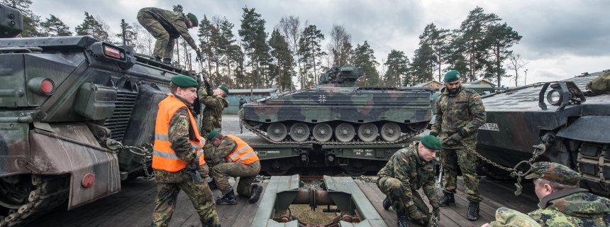 Bundeswehr verlädt Panzer für den Transport nach Litauen